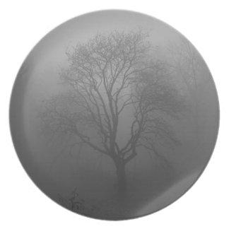Árbol en la niebla plato de cena