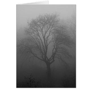 Árbol en la niebla tarjeta de felicitación