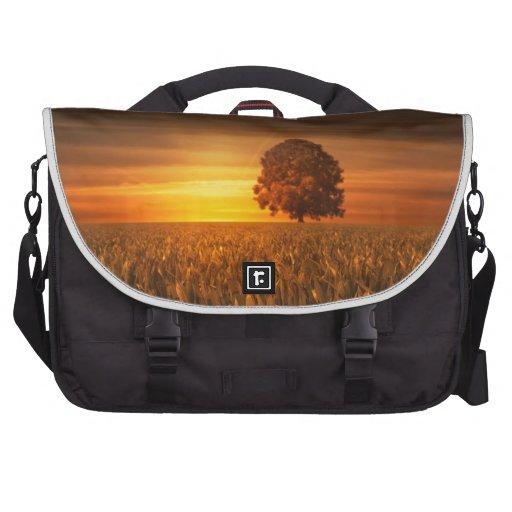 Árbol en la puesta de sol bolsas para portatil