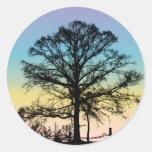 Árbol en la puesta del sol etiqueta