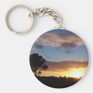 Árbol en la salida del sol llavero redondo tipo pin