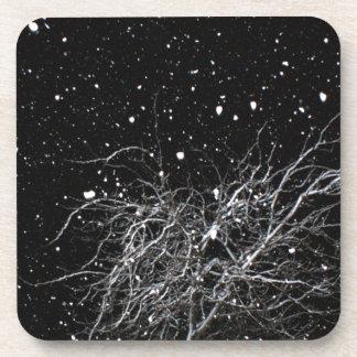 Árbol en nieve de la noche