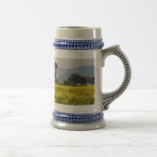 Árbol en una visión amarilla jarra de cerveza