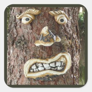 Árbol enojado de la cara pegatina cuadrada