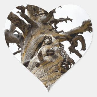 Árbol esquelético con las nubes pegatina en forma de corazón