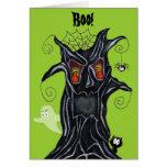 Árbol fantasmagórico con la tarjeta de nota de los