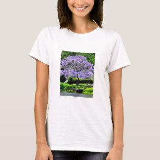 Árbol florecido Jacaranda-Púrpura soñador en el Playera