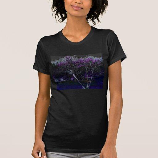 Árbol florecido negativo, maderas, e hierba azul camisetas