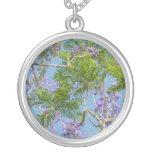 árbol florecido púrpura del jacaranda contra el ci collar personalizado