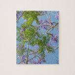 árbol florecido púrpura del jacaranda contra el ci puzzles con fotos
