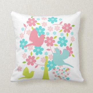Árbol floreciente con la almohada de los pájaros