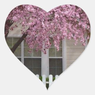 Árbol floreciente en los suburbios calcomanías de corazones personalizadas