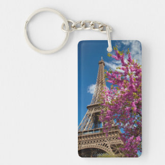 Árbol floreciente rosado debajo de la torre Eiffel Llavero Rectangular Acrílico A Doble Cara