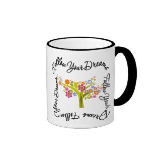 Árbol floreciente - siga sus sueños taza de dos colores