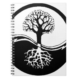 árbol fresco en blanco y negro cuaderno