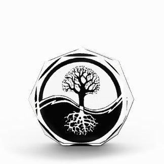 árbol fresco en blanco y negro
