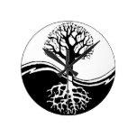 árbol fresco en blanco y negro relojes de pared