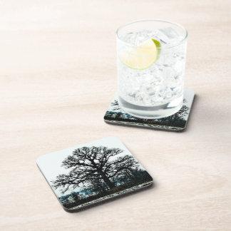 Árbol majestuoso en la nieve posavasos de bebida