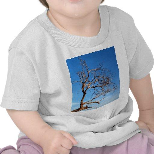 árbol muerto camisetas