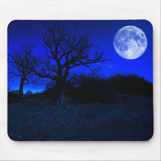 Árbol muerto en la medianoche con la Luna Llena Alfombrilla De Ratón