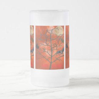 Árbol muerto entre una taza escarchada del cielo