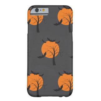 Árbol muerto, luna anaranjada y palos Halloween Funda Barely There iPhone 6