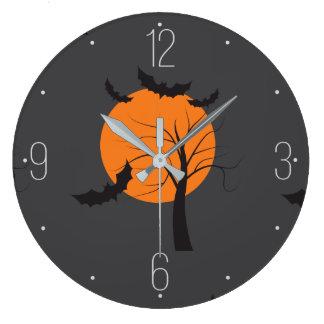 Árbol muerto, luna anaranjada y palos Halloween Reloj Redondo Grande