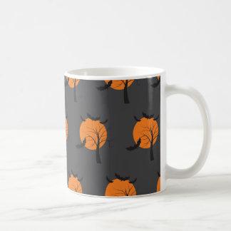 Árbol muerto, luna anaranjada y palos Halloween Taza Clásica