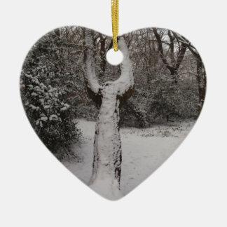 Árbol nevado en el bosque de Epping Adorno Navideño De Cerámica En Forma De Corazón