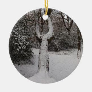 Árbol nevado en el bosque de Epping Adorno Navideño Redondo De Cerámica