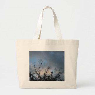 Árbol nublado #2 de la puesta del sol bolsas de mano
