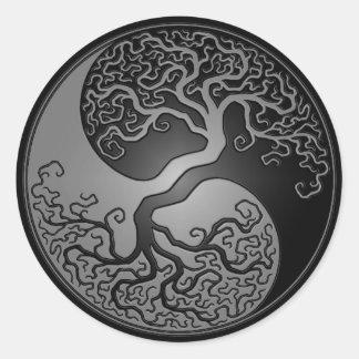 Árbol oscuro de Yin Yang Etiqueta Redonda