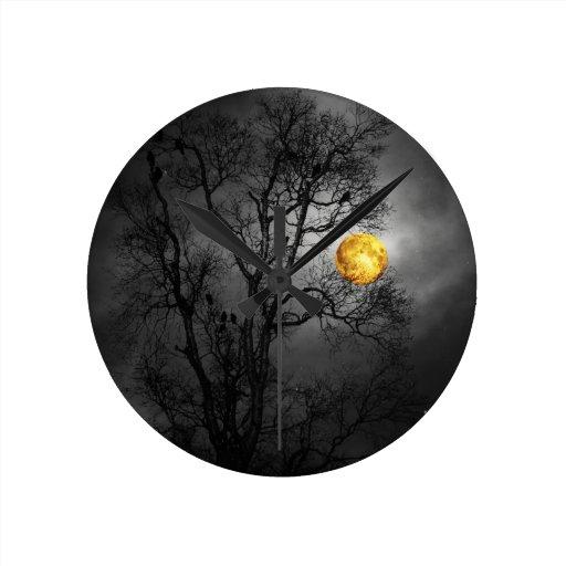 Árbol por completo de cuervos con una Luna Llena Relojes