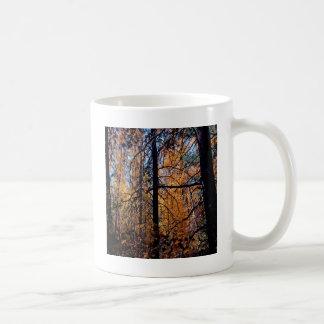 Árbol profundamente en caída taza de café