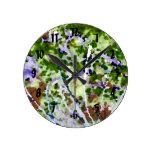 árbol púrpura de la flor contra el extracto del ci relojes