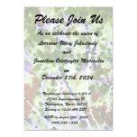 árbol púrpura de la flor contra el extracto del invitación personalizada