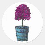 Árbol púrpura en imagen azul del cubo pegatina redonda