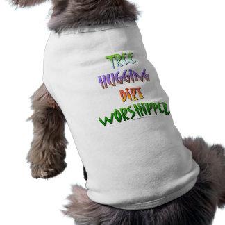 Árbol que abraza al worshipper. de la suciedad playera sin mangas para perro