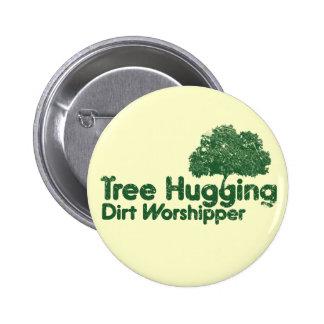 Árbol que abraza devoto de la suciedad pin redondo de 2 pulgadas