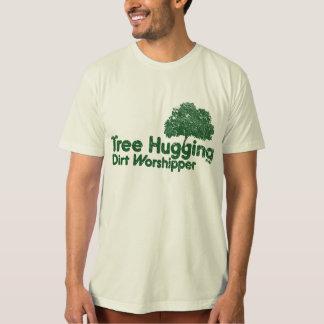 Árbol que abraza devoto de la suciedad remera