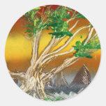 Árbol que pinta el naranja rojo con las montañas etiquetas redondas