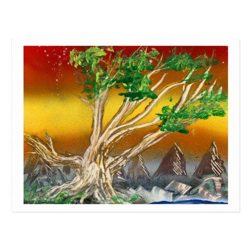 Árbol que pinta el naranja rojo con las montañas postal