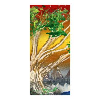 Árbol que pinta el naranja rojo con las montañas lonas