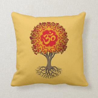 Árbol rojo y amarillo de OM de la yoga de la vida Cojín