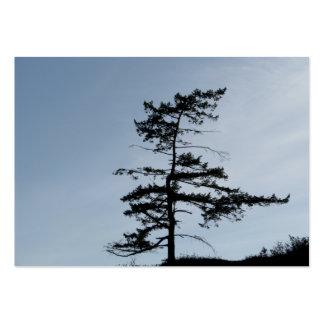 Árbol solitario del superviviente tarjetas de visita grandes