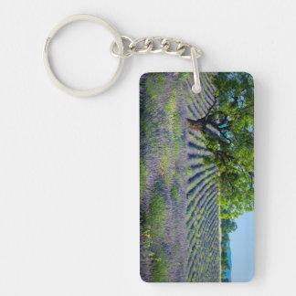 Árbol solitario en el campo púrpura de la lavanda llavero rectangular acrílico a doble cara