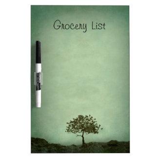 Árbol solitario en lista del ultramarinos verde de pizarras blancas de calidad