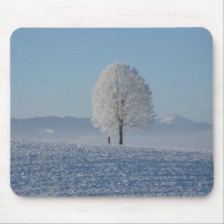 Árbol solo en nieve tapete de raton
