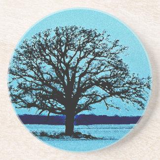 Árbol solo en un paisaje del invierno posavasos personalizados