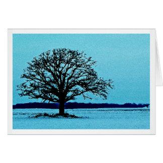 Árbol solo en un paisaje del invierno tarjetón